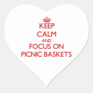 Guarde la calma y el foco en cestas de la comida c