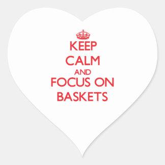 Guarde la calma y el foco en cestas calcomanía de corazón personalizadas