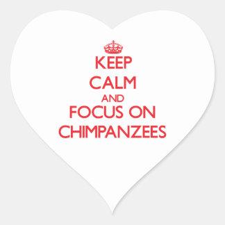 Guarde la calma y el foco en chimpancés pegatina en forma de corazón