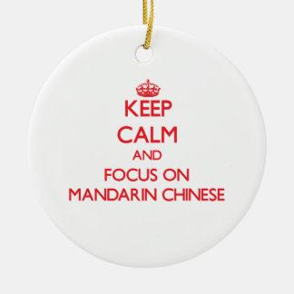 Guarde la calma y el foco en chino mandarín adorno navideño redondo de cerámica