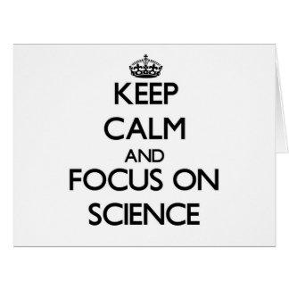 Guarde la calma y el foco en ciencia tarjeta de felicitación grande