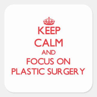Guarde la calma y el foco en cirugía plástica calcomanía cuadrada