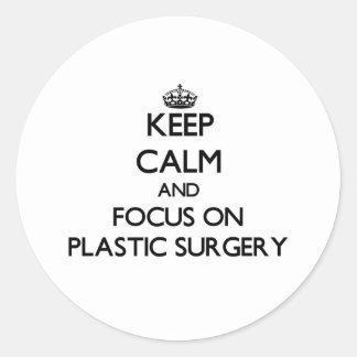 Guarde la calma y el foco en cirugía plástica etiquetas redondas