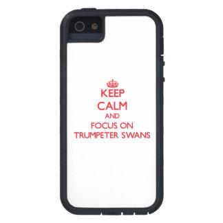 Guarde la calma y el foco en cisnes de trompetista iPhone 5 funda