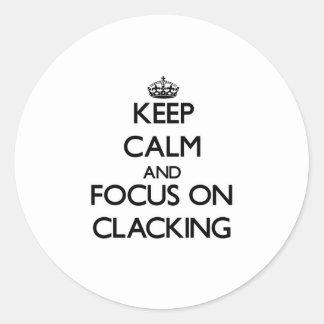 Guarde la calma y el foco en Clacking Pegatina Redonda