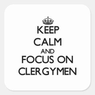 Guarde la calma y el foco en clérigos pegatina cuadrada