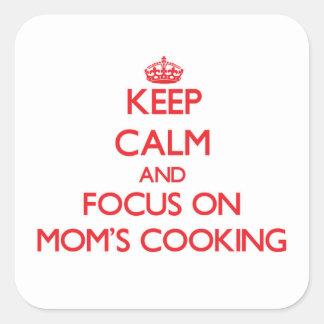 Guarde la calma y el foco en cocinar de las mamáes pegatina cuadradas personalizada