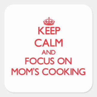 Guarde la calma y el foco en cocinar de las mamáes calcomanía cuadradas personalizadas