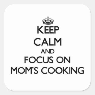 Guarde la calma y el foco en cocinar de las mamáes pegatinas cuadradases personalizadas