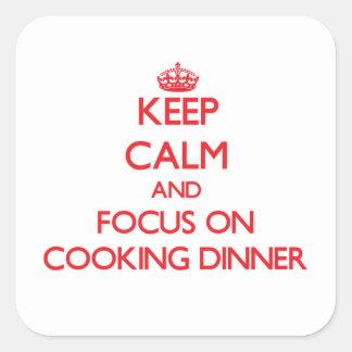 Guarde la calma y el foco en cocinar la cena pegatina cuadrada