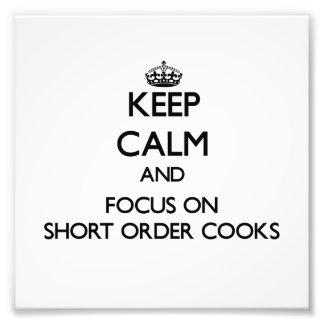 Guarde la calma y el foco en cocineros de breve pl