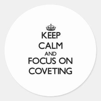Guarde la calma y el foco en codiciar pegatina redonda