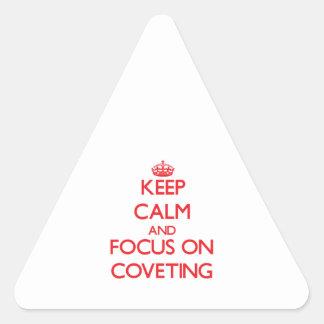 Guarde la calma y el foco en codiciar calcomania triangulo