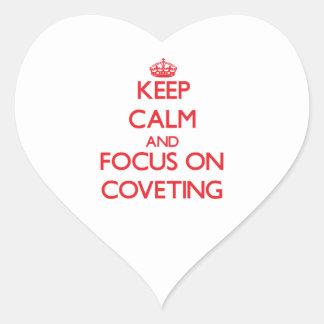 Guarde la calma y el foco en codiciar calcomanía de corazón personalizadas