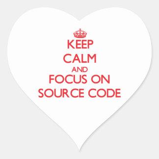 Guarde la calma y el foco en código fuente pegatina en forma de corazón