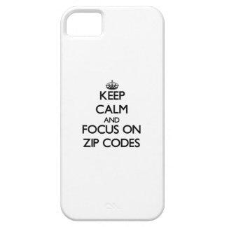 Guarde la calma y el foco en códigos postales iPhone 5 cárcasa