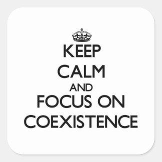 Guarde la calma y el foco en coexistencia pegatina cuadradas personalizada