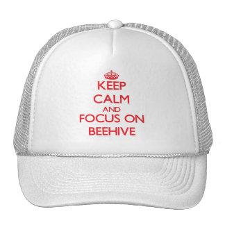 Guarde la calma y el foco en colmena gorras