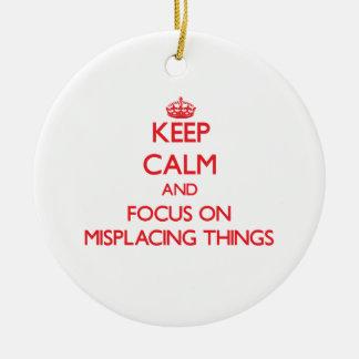 Guarde la calma y el foco en colocar mal cosas ornamento de navidad