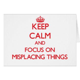 Guarde la calma y el foco en colocar mal cosas tarjeta de felicitación