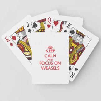 Guarde la calma y el foco en comadrejas barajas de cartas