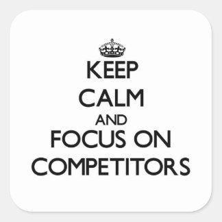 Guarde la calma y el foco en competidores calcomanía cuadrada