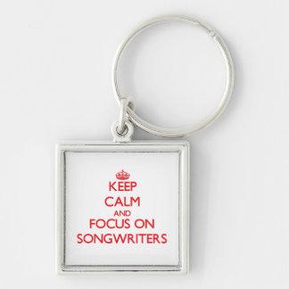 Guarde la calma y el foco en compositores llaveros personalizados