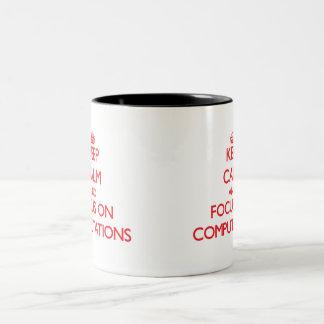 Guarde la calma y el foco en cómputos taza de café