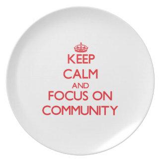Guarde la calma y el foco en comunidad plato para fiesta