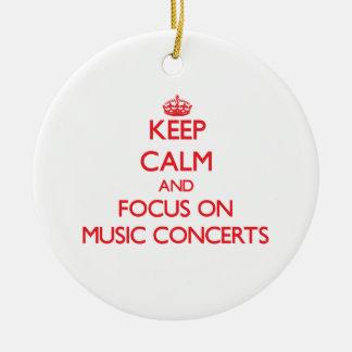Guarde la calma y el foco en conciertos de la adorno navideño redondo de cerámica