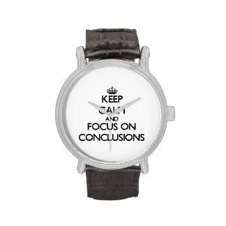 Guarde la calma y el foco en conclusiones reloj de mano