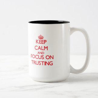 Guarde la calma y el foco en confiar en tazas