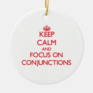 Guarde la calma y el foco en conjunciones adorno navideño redondo de cerámica
