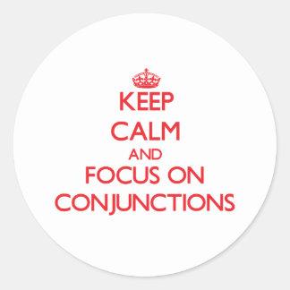 Guarde la calma y el foco en conjunciones etiquetas redondas