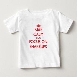 Guarde la calma y el foco en conmociones camisetas