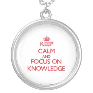 Guarde la calma y el foco en conocimiento colgantes
