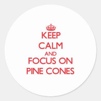 Guarde la calma y el foco en conos del pino pegatina redonda