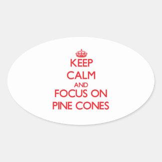Guarde la calma y el foco en conos del pino pegatina ovalada