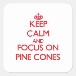 Guarde la calma y el foco en conos del pino pegatina cuadrada