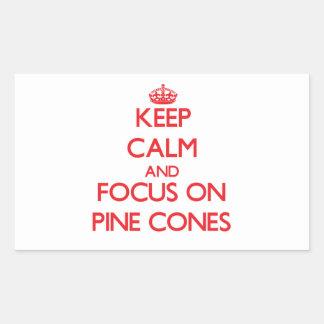 Guarde la calma y el foco en conos del pino pegatina rectangular