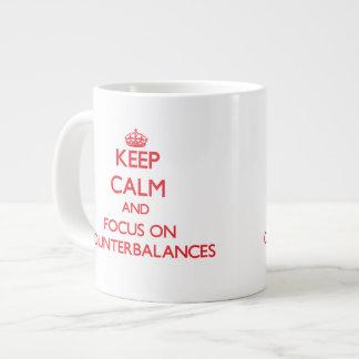 Guarde la calma y el foco en contrapesos taza grande