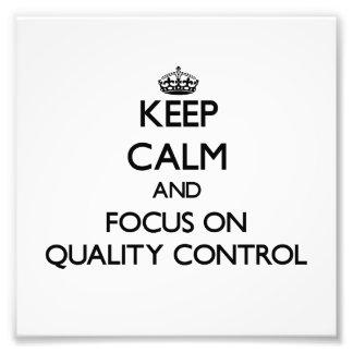 Guarde la calma y el foco en control de calidad foto