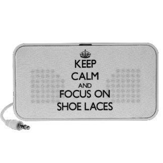 Guarde la calma y el foco en cordones de zapato laptop altavoces