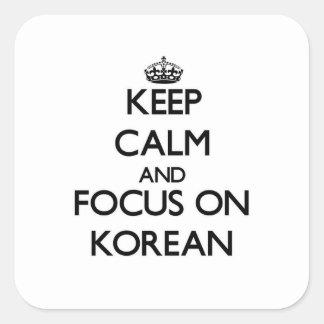 Guarde la calma y el foco en coreano calcomania cuadrada personalizada
