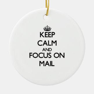 Guarde la calma y el foco en correo adorno redondo de cerámica
