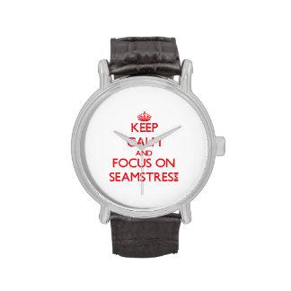 Guarde la calma y el foco en costurera reloj