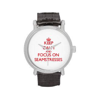 Guarde la calma y el foco en costureras relojes