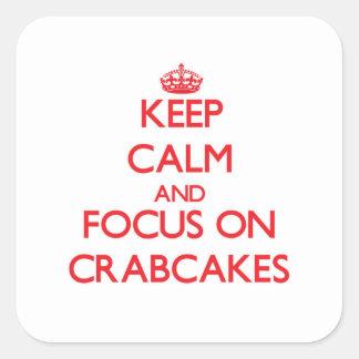 Guarde la calma y el foco en Crabcakes Pegatina Cuadrada