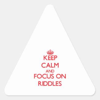 Guarde la calma y el foco en cribas colcomanias de triangulo personalizadas