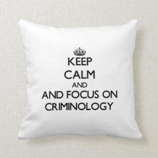 Guarde la calma y el foco en criminología cojín